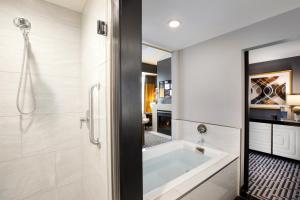 A bathroom at Hotel Metro, Autograph Collection