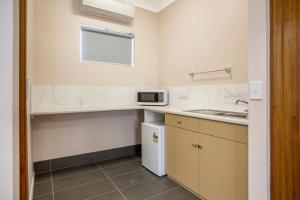 A kitchen or kitchenette at Manifold Motor Inn