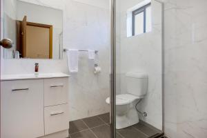 A bathroom at Manifold Motor Inn