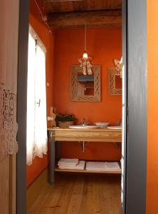 A bathroom at Maso Di Villa Relais Di Campagna