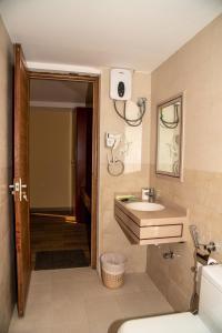 A bathroom at Arabian Oryx Camp