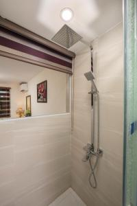 A bathroom at Trang Trang Luxury Hotel