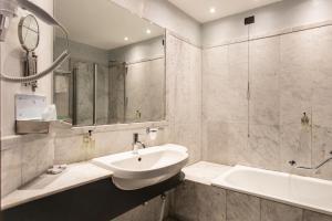 A bathroom at Kursaal Hotel
