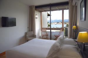 A bed or beds in a room at Hôtel La Roya