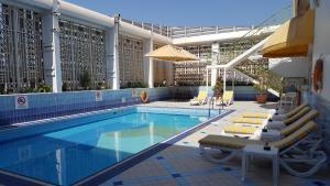 Бассейн в Holiday Inn Abu Dhabi Downtown, an IHG Hotel или поблизости