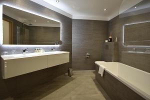 A bathroom at Hôtel La Roya