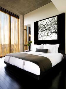 Een bed of bedden in een kamer bij Sixty LES