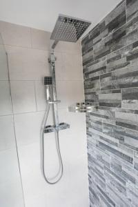 A bathroom at Broadcroft Hotel