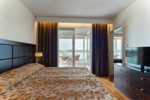 A bed or beds in a room at Holiday Club Naantali Apartments