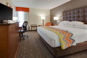 A bed or beds in a room at Drury Inn & Suites Columbia Stadium Boulevard