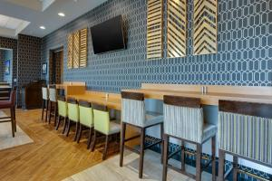 The lounge or bar area at Drury Inn & Suites Pittsburgh Airport Settlers Ridge