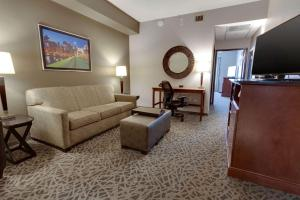 A seating area at Drury Inn & Suites Pittsburgh Airport Settlers Ridge