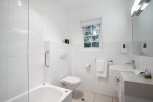 A bathroom at Chestnut Tree Holiday Units