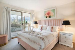 A bed or beds in a room at Chestnut Tree Holiday Units