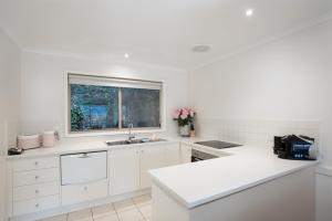 A kitchen or kitchenette at Chestnut Tree Holiday Units