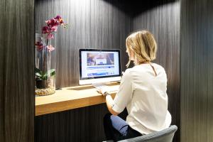 A television and/or entertainment center at Novotel Parma Centro