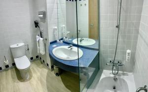 A bathroom at Holiday Inn Express Ciudad de las Ciencias, an IHG Hotel