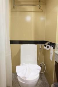 A bathroom at Boutique City And Grand Day Hotel Pattaya