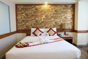 A bed or beds in a room at Boutique City And Grand Day Hotel Pattaya