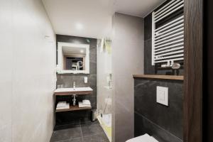 A bathroom at ibis Styles Lublin Stare Miasto