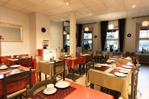 A restaurant or other place to eat at Hôtel De L'Ill