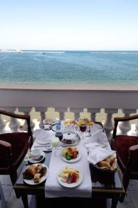 A restaurant or other place to eat at Paradise Inn Windsor Palace Hotel