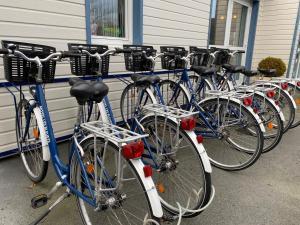 Montar en bicicleta en Contact hôtel - Motel Les Bleuets o alrededores