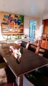 Um restaurante ou outro lugar para comer em VILLA BOUNTY AMAZING OCEAN VIEW
