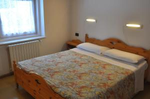 A bed or beds in a room at Casa Alpina Dobbiaco