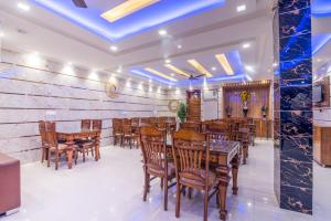A restaurant or other place to eat at Hotel Festival Mahipalpur Delhi Airport - Fully Vaccinated Staff