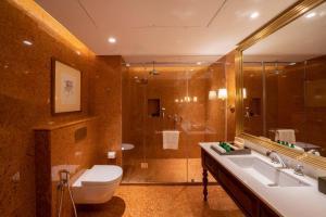 A bathroom at Cinnamon Bentota Beach