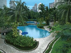 A view of the pool at Shangri-La Jakarta or nearby