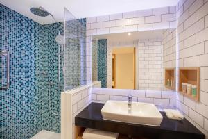 A bathroom at Holiday Inn London Heathrow - Bath Road, an IHG Hotel
