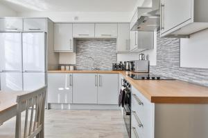 A kitchen or kitchenette at Wheatley View by Vizzzitus