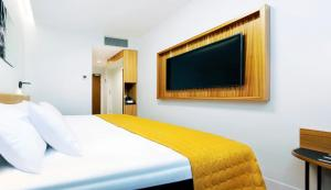 A bed or beds in a room at Hestia Hotel Kentmanni
