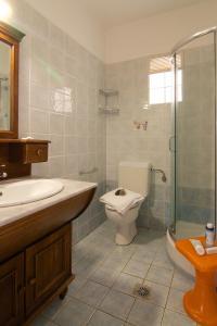 Ένα μπάνιο στο Trefon Hotel Apartments and Family Suites