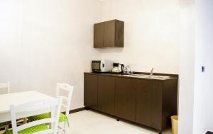 A kitchen or kitchenette at Akayet Hotel