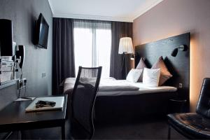 A bed or beds in a room at Scandic Front