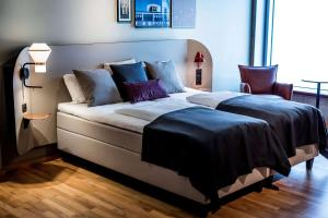 A bed or beds in a room at Scandic Kødbyen
