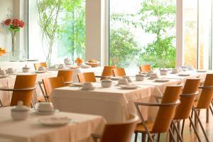 Un restaurante o sitio para comer en Costa Nova Hotel