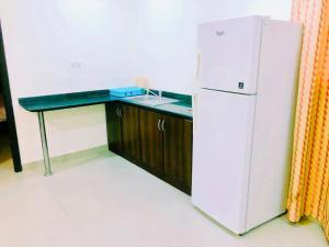 A kitchen or kitchenette at Al Khobar Plaza-Feel at Home