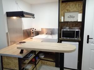 Cuisine ou kitchenette dans l'établissement Deux studios centre village Loft ou cosy