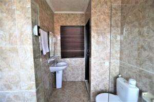 A bathroom at Fat Yogi Cottages
