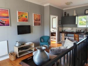 A television and/or entertainment centre at Apple And Spice Guest House
