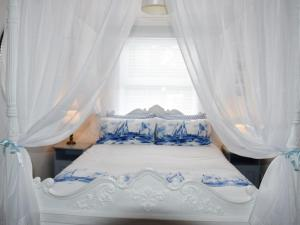 A bed or beds in a room at Buzzards