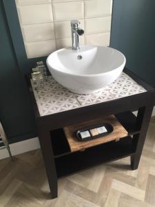 A bathroom at Black Bull Gartmore