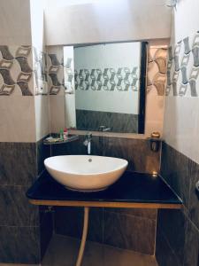A bathroom at Hotel Kunjal Haveli