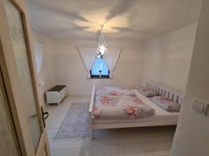 Posteľ alebo postele v izbe v ubytovaní Chalupka na prameni