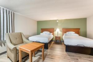 A bed or beds in a room at Americas Best Value Inn - Lebanon
