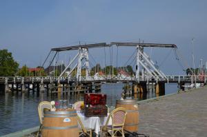 Ein Restaurant oder anderes Speiselokal in der Unterkunft Hotel zur Brücke